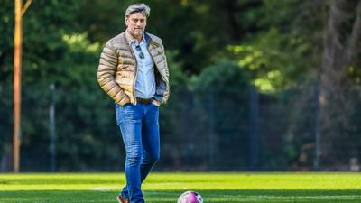 Weiter für den KSC am Ball: Sportgeschäftsführer Oliver Kreuzer schmiedet keine Bundesliga-Pläne und propagiert die Demut im Verein.