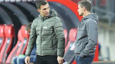 Unentschieden im ersten Duell: KSC-Trainer Christian Eichner und sein Nürnberger Kollege Robert Klauß sprechen am 23. Oktober 2020 vor dem 1:1 im Max-Morlock-Stadion miteinander.
