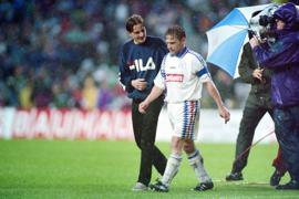 Abpfiff im Berliner Olympiastadion: Thomas Häßler stapft nach der 0:1-Niederlage mit dem KSC im DFB-Pokalfinale im Mai 1996 enttäuscht vom Feld.