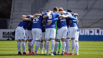 Um Bilder geht es: Unter freiem Himmel dürfen Mannschaften wie der Karlsruher SC vor und nach den Spielen die Köpfe zusammenstecken. In Räumen müssen sie Masken tragen und Abstand halten.