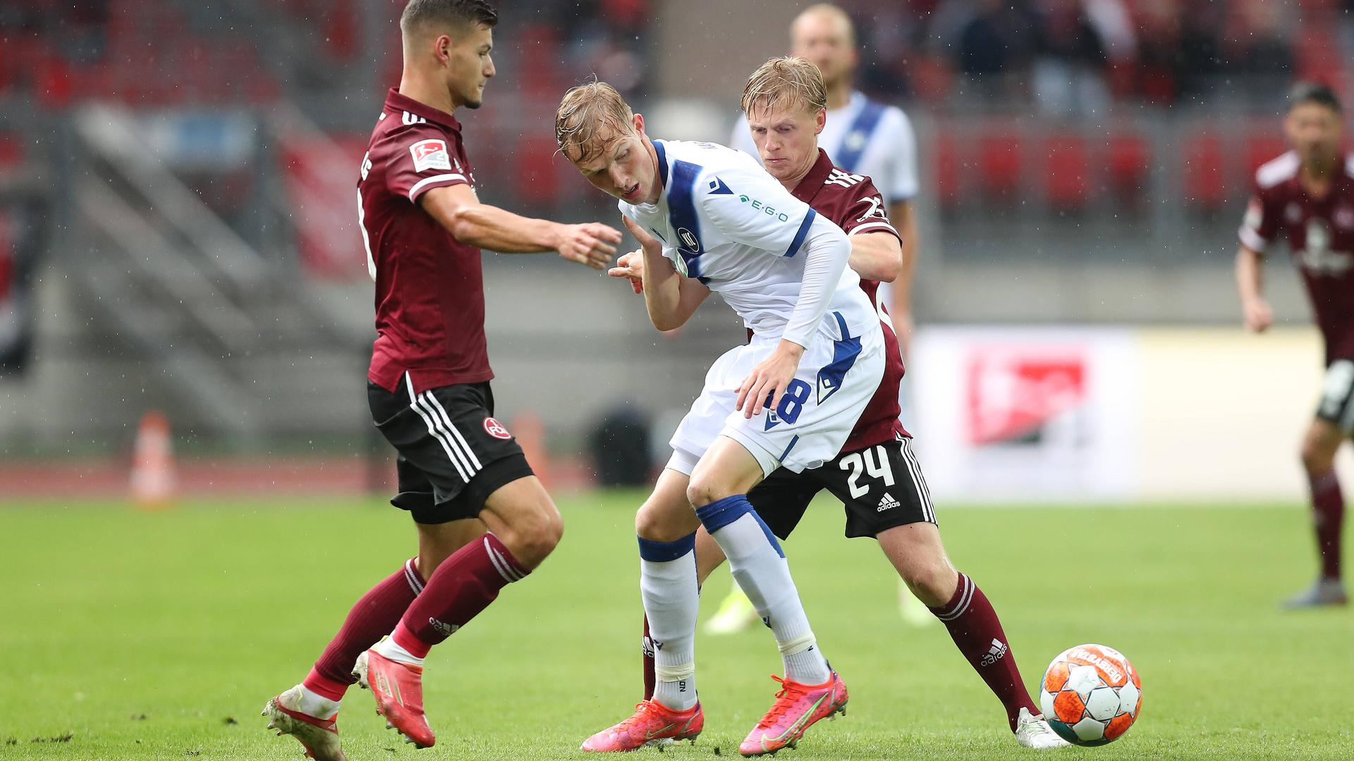 Vertrauen gerechtfertigt: Der erst 19 Jahre alte Tim Breithaupt, hier im Zweikampf mit Mats Moeller Daehli, bot im Spiel gegen den 1. FC Nürnberg eine sehr ordentliche Vorstellung im KSC-Mittelfeld.