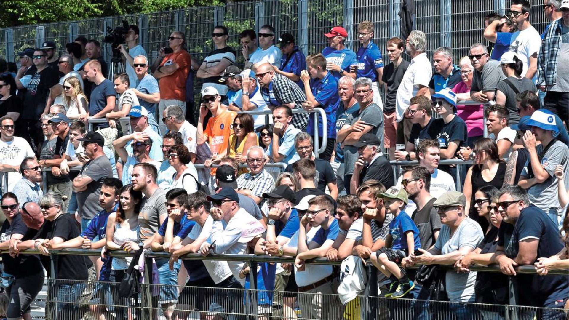Rund 800 Zuschauer sind am Sonntag zum ersten öffentlichen KSC-Training in den Wildpark gekommen.