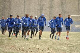 Schneetreiben bei Trainingsbeginn: Die Profis des Karlsruher SC bei ihrer Nachmittagseinheit am Dienstag im Jugendstadion.