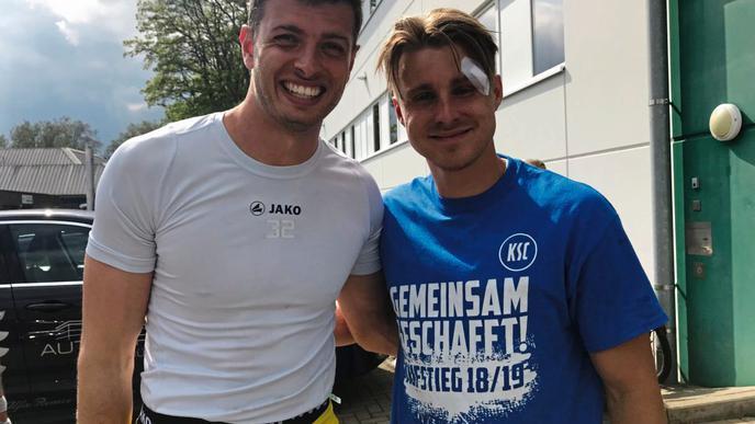 Happy nach dem Spiel: Die KSC-Spieler Benjamin Uphoff und Marco Thiede.