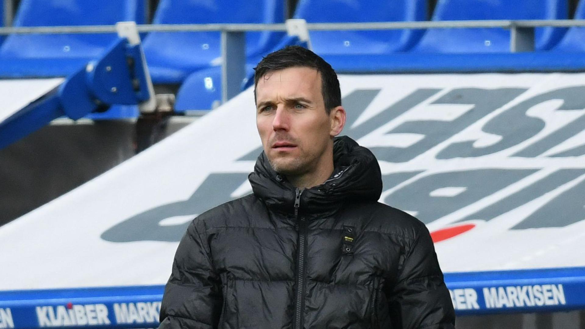 Karlsruhes Trainer Christian Eichner am Spielfeldrand.