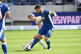 Der Karlsruher Jerome Gondorf (rechts) und der Kieler Fin Bartels kämpfen um den Ball.