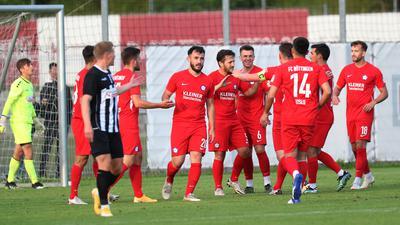 Spieler des FC Nöttingen jubeln nach einem Tor gegen den VfR Aalen.