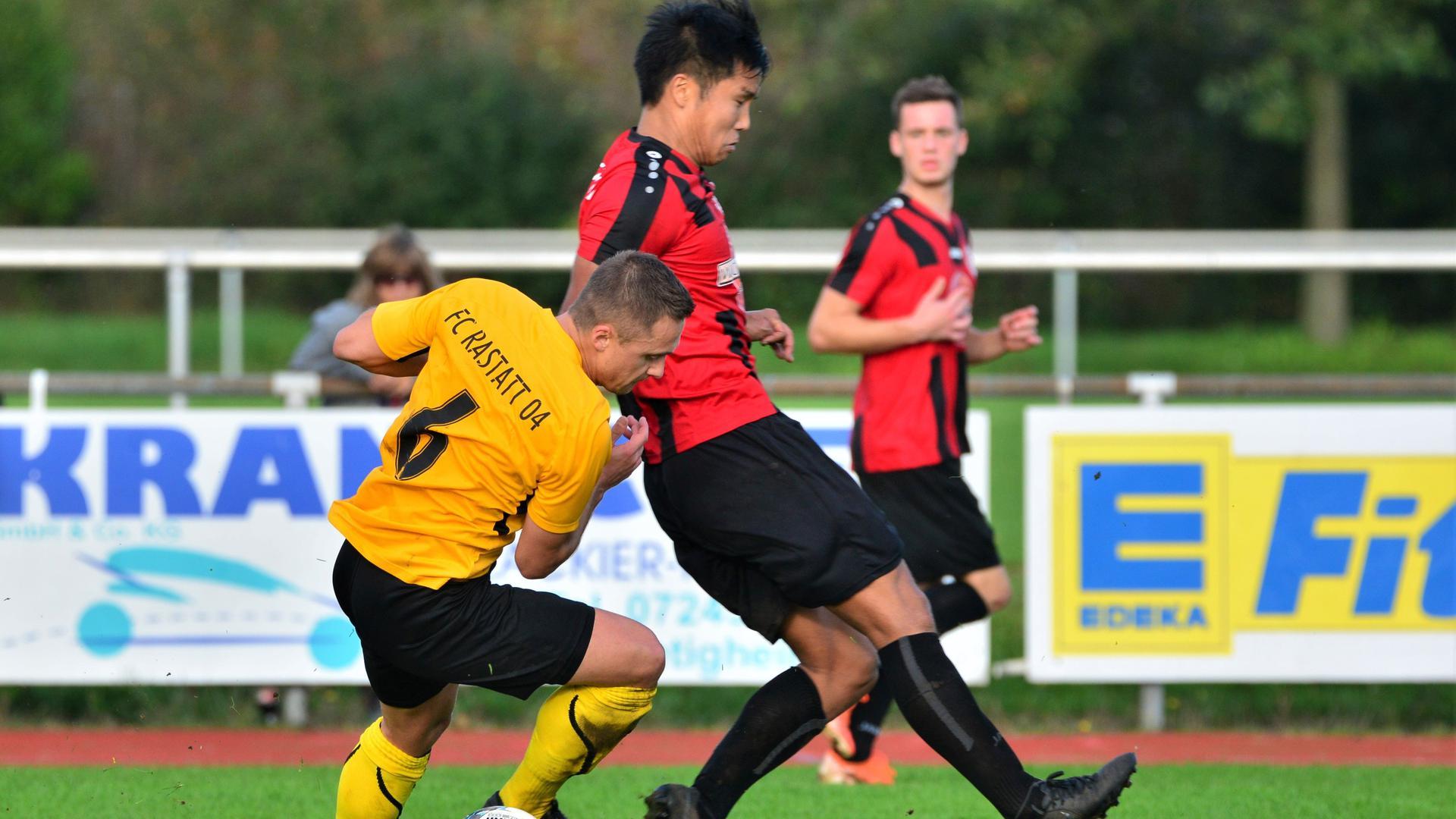 Spielertrainer unter sich: Der Bietigheimer Hinh Ung (rechts) und Vitali Saponenko vom FC Rastatt 04 wollen mit ihren Mannschaften in der oberen Tabellenhälfte mitspielen.