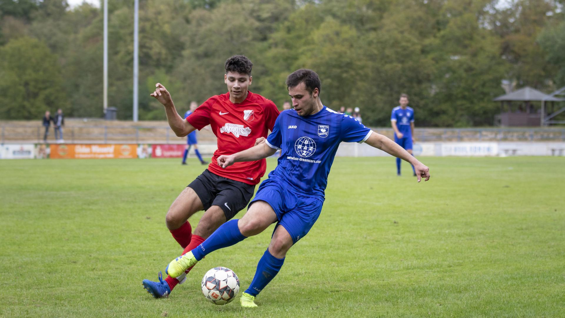 TSV 1898 Wiesental gegen TSV Stettfeld; im Bild: Noah Matic - Stettfeld und Melih Sahin - Wiesental.