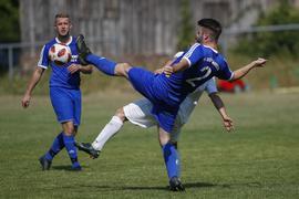 Einen Schritt voraus: Moritz Haug (mit der Fußspitze am Ball) und der TV Gräfenhausen hatten im Kreispokal gegen Pascalis Papadopoulos und den SV Kickers Pforzheim II keine Probleme.