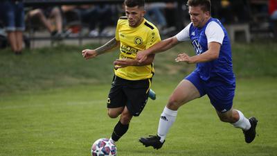 Luca Dumbra (gelb, GU) gegen Jan Riefle (blau, Weiler)