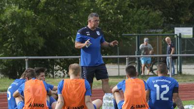Andreas Bauer (Trainer FV Gondelsheim, Bildmitte) gibt in der Halbzeitpause taktische Anweisungen;