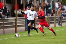 Seitenwechsel: Der bisherige Neutharder Wessam Nourredine (links), hier im Duell mit Alexander Bräutigam vom FC Forst, ist zu seinem Heimatverein FV Wiesental zurückgekehrt.