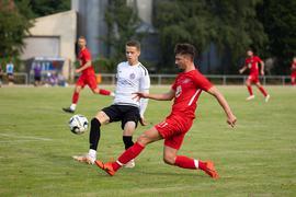 Blick nach vorne: Enis Qollaku und der FC Heidelsheim, hier im Testspiel gegen die Spvgg Durlach-Aue, wollen mit dem Abstieg nichts zu tun haben.