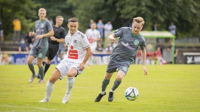 Gute Eindrücke: Rückkehrer Yannick Krämer (rechts), hier im Verbandspokalspiel gegen André Redekop vom 1. FC Bruchsal, ist der Kirrlacher Taktgeber im Mittelfeld.