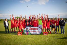 Strahlende Sieger: Die Mannschaft des TuS Mingolsheim freut sich bei der Siegerehrung über den ersten Kreispokal-Titel der Vereinsgeschichte.