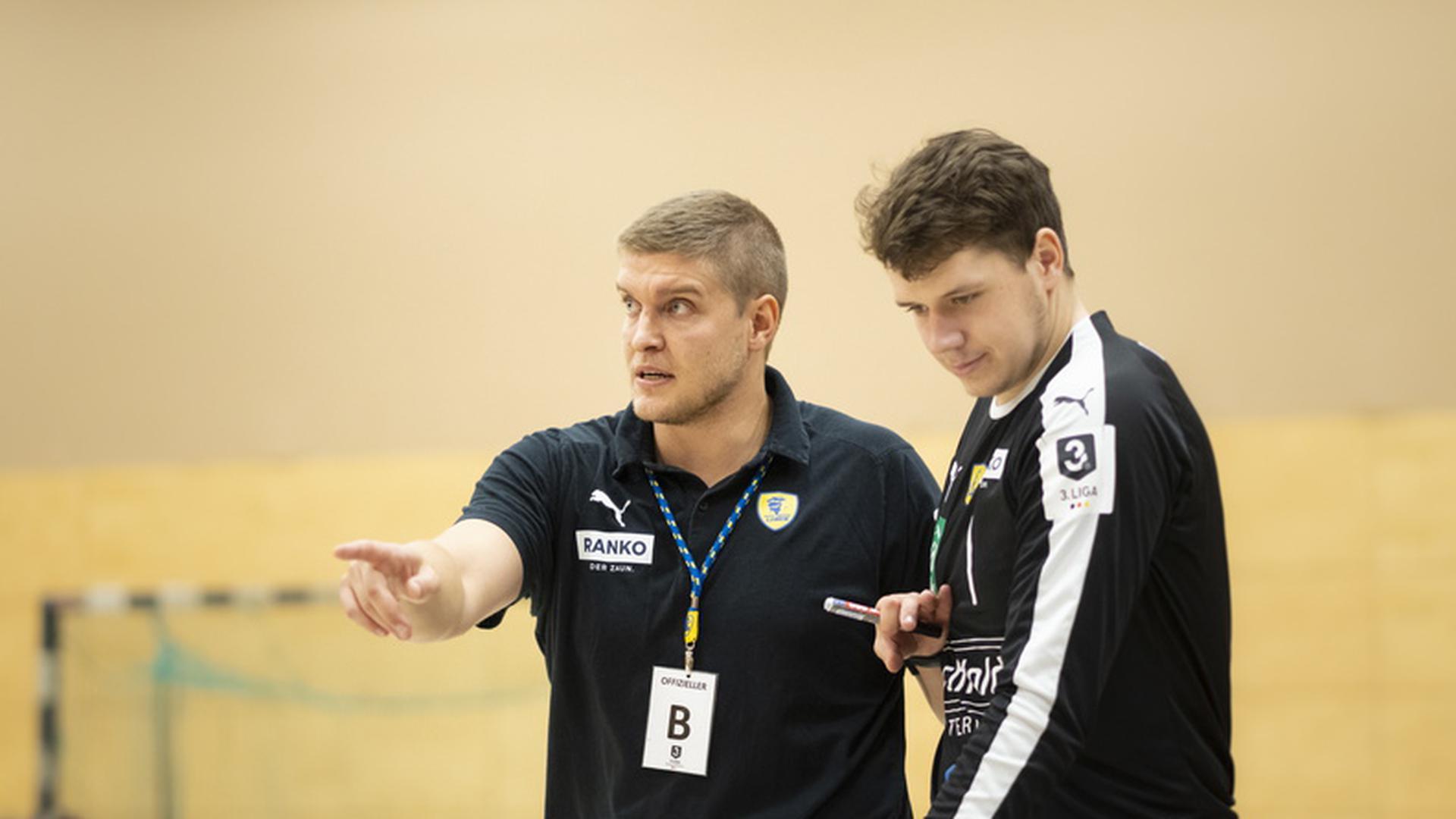 FOTO: Jochen BLUM; Oestringen; DEU; 12.10.2019; Handball, Deutscher Handballbund, 3. Liga Maenner Sued: Rhein-Neckar Loewen II gegen TuS Fuerstenfeldbruck; im Bild: Trainer Michel Abt (RNL) mit Torwart Niklas Gierse (RNL);