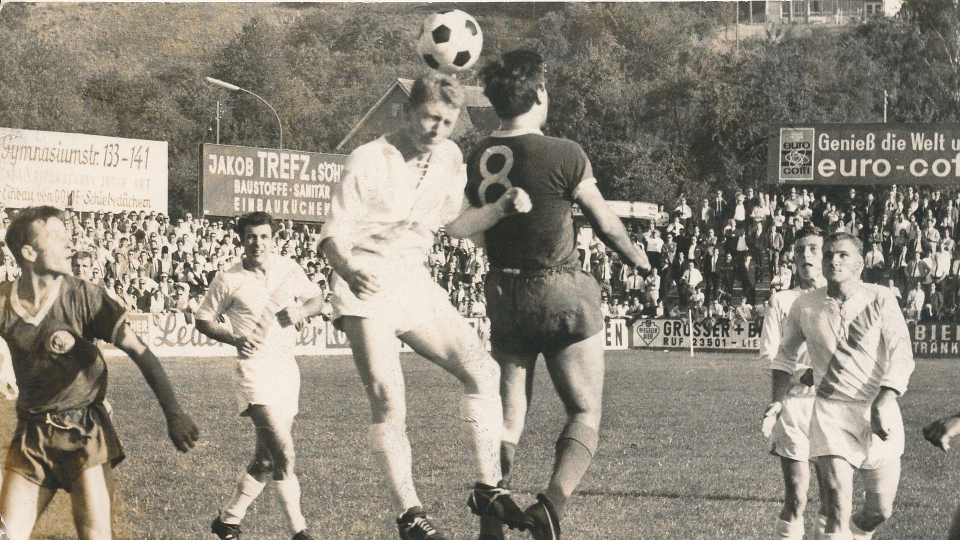 Kopfballduell: FCP-Akteur Winfried Hirschen (links, im Duell mit dem VfR Pforzheim) steigt am 25. September 1967 hoch, sein Mitspieler Dieter Rosanowski (Zweiter von rechts) beobachtet die Szene.
