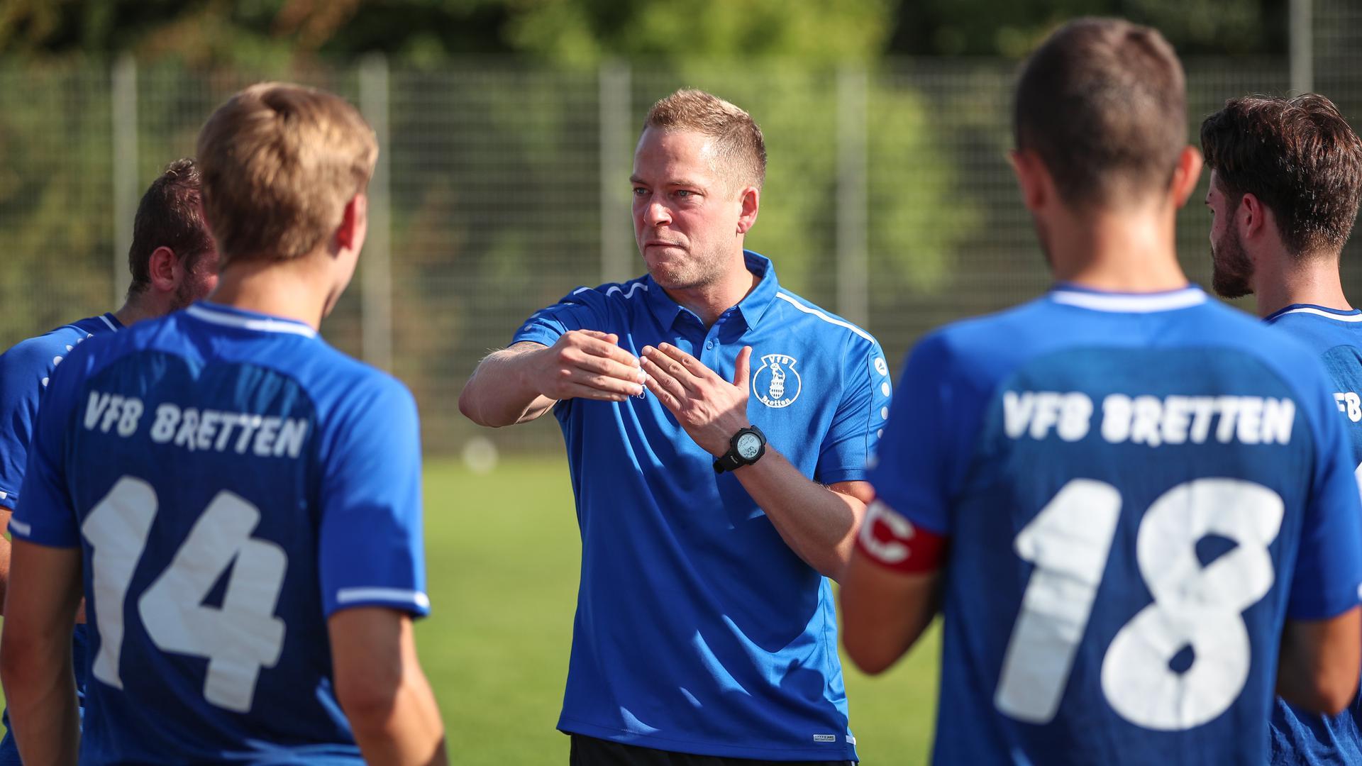 Gibt die Kommandos: Trainer Adrian Schreiber stimmt den VfB Bretten auf die Landesliga-Saison ein.