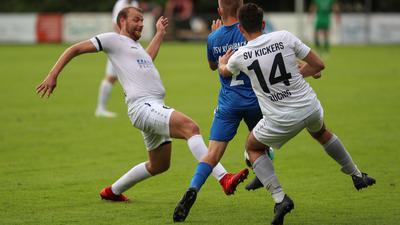 Mit vereinten Kräften: Die Büchiger Yannick Doll (links) und Marco Bosnjakovic (rechts) stoppen Fabian Frick vom TSV Kürnbach.
