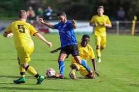 Doppeltorschütze Noureddine vom SV Philippsburg hier gegen Igubor rechts und Hoffmann links vom Spvgg Oberhausen