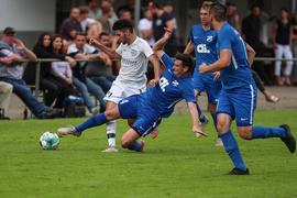 Im Kollektiv stark: Marvin Prade und seine Mitspieler vom TSV Kürnbach bedrängen in einem Testspiel gemeinsam den Büchiger Giuseppe Brancato (links).
