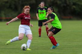 Am Ball RONJA DIEBOLD FC Ersingen rechts LUANA-MARIANNA HEINZL FSV Büchenau