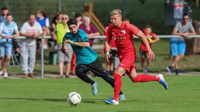 Neu auf der Kommandobrücke: Tobias Riede (rechts) coacht inzwischen den SV Oberderdingen als Nachfolger von Yavuzhan Solmaz.