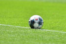 """Fußball: 2. Bundesliga, 1. FC Heidenheim - Jahn Regensburg, 31. Spieltag in der Voith-Arena. Der Ball liegt auf dem Platz. Nutzt der Profifußball die Chance, in der Corona-Krise überfällige Reformen einzuleiten? Auch die Deutsche Fußball Liga (DFL) sieht die Notwendigkeit und hat eine Taskforce installiert, die nun die Arbeit aufnimmt. Auf schnelle Ergebnisse darf man allerdings nicht hoffen. (zu dpa """"Start der «Taskforce Zukunft Profifußball»: Wer will was?"""") +++ dpa-Bildfunk +++"""