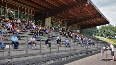 Premiere an der frischen Luft: Die Vertreter der Vereine aus dem Fußballbezirk Baden-Baden trafen sich nach zahlreichen Online-Konferenzen auf der Tribüne des Traischbachstadions in Gaggenau.