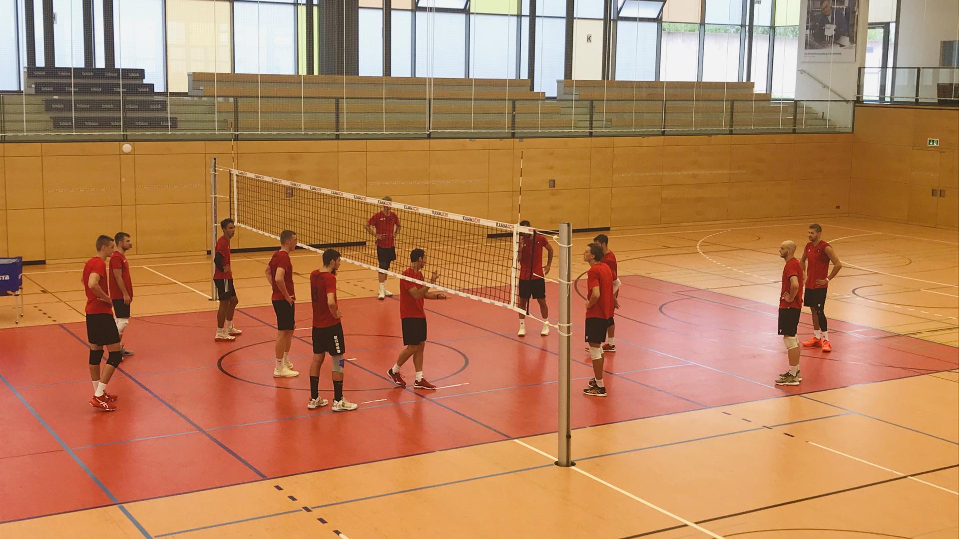 Erste Ansagen: Vor leeren Rängen begrüßte Cheftrainer Alejandro Kolevich die Volleyball Bisons auf dem Spielfeld der Bühler Großsporthalle. Dabei waren auch vier der fünf Neuzugänge sowie einige Nachwuchsspieler.