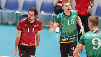 Deutschland - Frankfurt - 20.12.2020 / Volleyball - Hessen - 1. Bundesliga - Herren Saison 2020/2021 / United Volleys Frankfurt blau - Volleyball Bisons Bühl grün / v.l. Florian Ringseis Bisons Bühl - Nr. 14, Niklas Kronthaler Bisons Bühl - Nr. 15, Mathäus Jurkovics Bisons Bühl - Nr. 9 United Volleys Frankfurt - Volleyball Bisons Bühl *** Germany Frankfurt 20 12 2020 Volleyball Hessen 1 Bundesliga Men Season 2020 2021 United Volleys Frankfurt blue Volleyball Bisons Bühl green v l Florian Ringseis Bisons Bühl Nr 14 , Niklas Kronthaler Bisons Bühl Nr 15 , Mathäus Jurkovics Bisons Bühl Nr 9 Sport United Volleys Frankfurt Volleyball Bisons Bühl