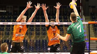 Volleyball-Bundesliga 2020/21, Berlin Volleys - Bisons Bühl, Anton Brehme (links) und Timothée Carle gegen Edvinas Vaskelis.