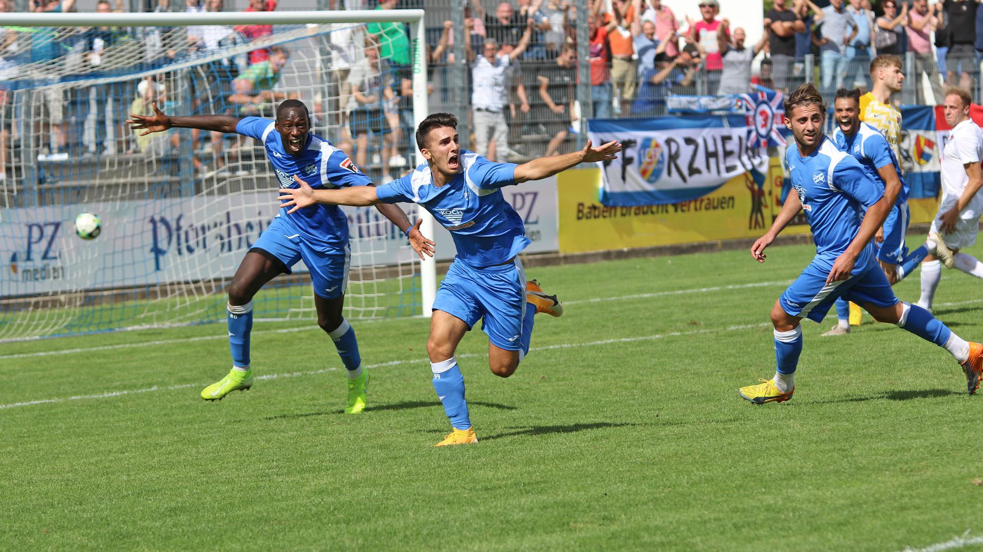Moral bewiesen: Salvatore Catanzano (Mitte) bejubelt mit seinen Team-Kollegen des 1. CfR Pforzheim seinen Siegtreffer in der Nachspielzeit gegen den TSV Ilshofen
