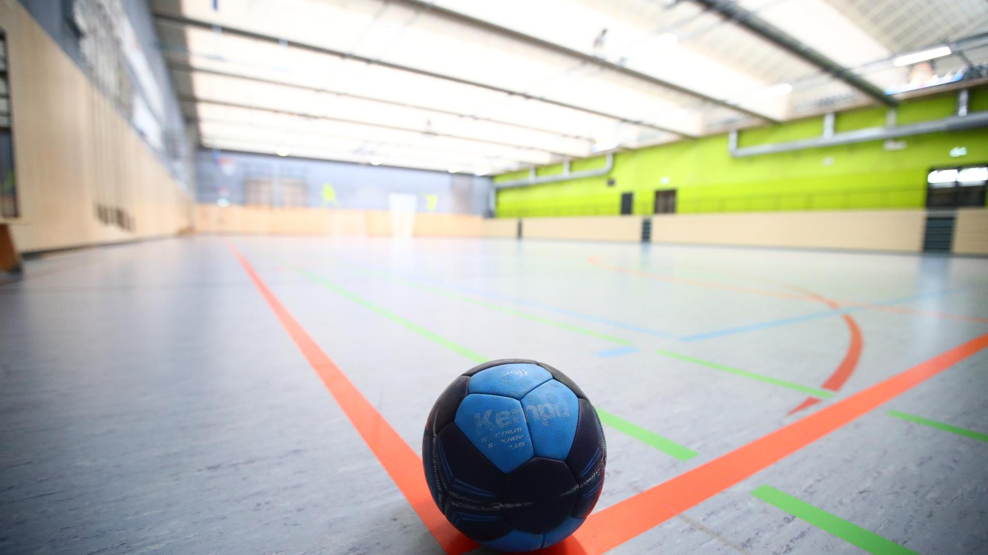 Ein Handball liegt in einer leeren Sporthalle Trainingsaufnahme und Coronapause im Handball