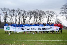 Die KSC Spieler mit DFL/DFB Banner: Danke an das Ehrenamt.  GES/ Fussball/ 2. Bundesliga: Karlsruher SC - Training, 11.12.2020  Football/Soccer: 2. Bundesliga: KSC Training, Karlsruhe, December 9, 2020