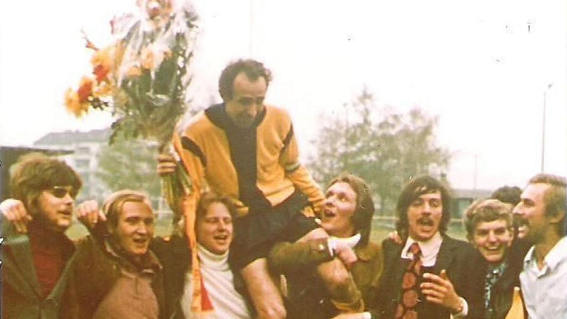 """Auf Händen getragen: Rastatts Kapitän Wolfgang """"Oldes"""" Sievers wird nach dem Titelgewinn vom 04-Fanclub, bei dem Pit Hirn (links), Jürgen Wildau (Vierter von rechts) und Horst Schmalz (rechts) den Ton angaben, gefeiert."""