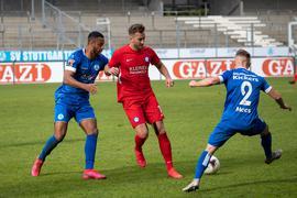 Ruben Reisig (SV Stuttgarter Kickers #19) und Niklas Hecht-Zirpel (FC Noettingen #18) und Malte Moos (SV Stuttgarter Kickers #02), SV Stuttgarter Kickers - FC Noettingen, Fussball, Herren, Oberliga BW, 12.Spieltag, Saison 2020/2021, 17.09.2020,   Foto: EIBNER/DROFITSCH