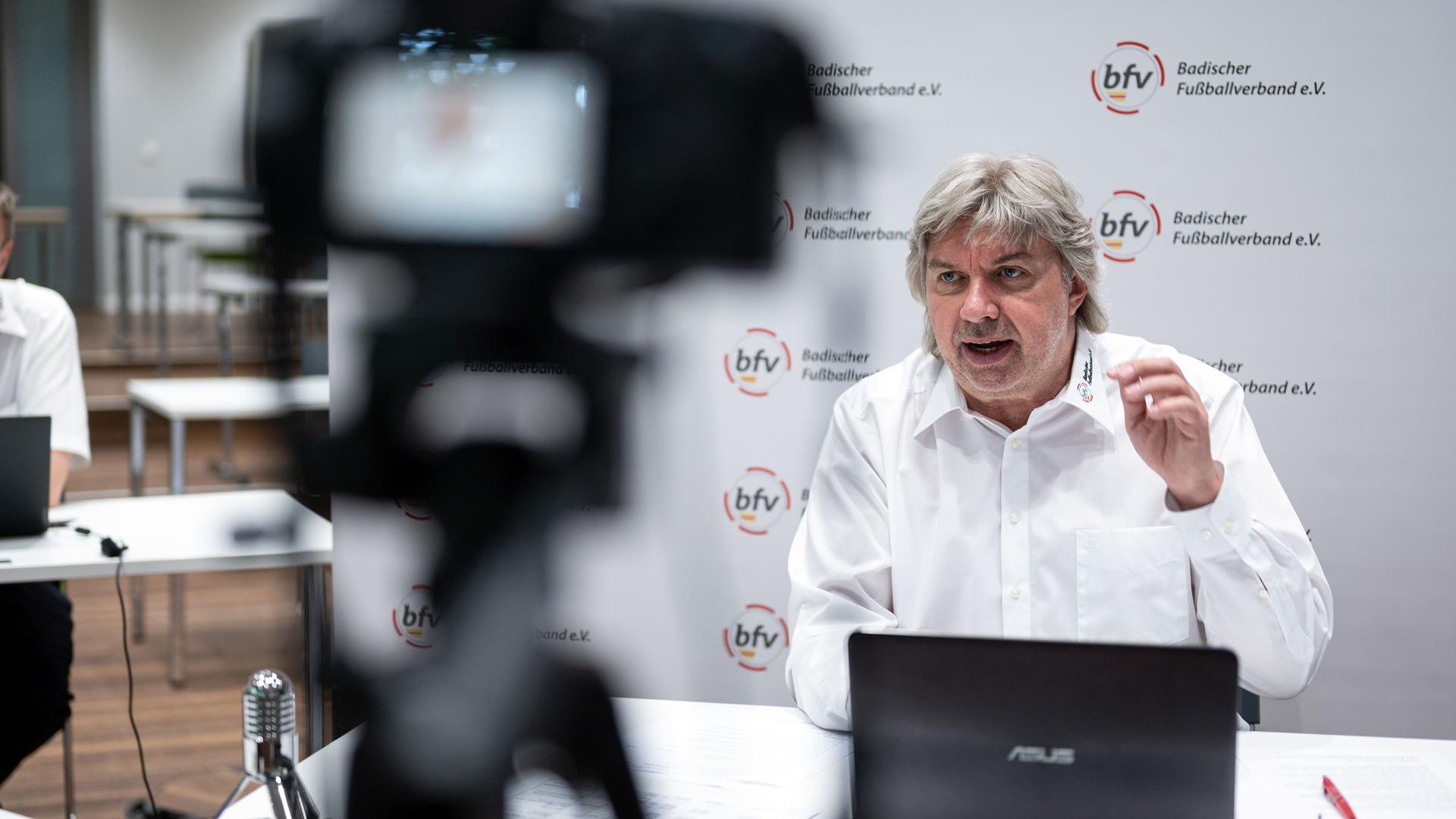 Ronny Zimmermann (Präsident Badischer Fussballverband) am Laptop. GES/ Fussball/ Virtueller Verbandstag Badischer Fussballverband, 20.06.2020