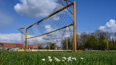 Verwaister Sportplatz und leeres Tor des FV Liedolsheim nahe Karlsruhe.  GES/ Fussball/ Lokalsport, Sportanlagen in Zeiten von Corona, 15.04.2021