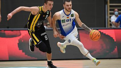 Zweikampf, Duell  Ferdinand Leontin Zylka (Lions)/r. gegen Aleksa Bulajic (Kirchheim)/l.  GES/ Basketball/ ProA: PSK Lions - Kirchheim Knights 25.09.2021
