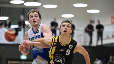 Basketball Zweite Liga: Center der PSK Lions Tom Alte im Duell mit Kirchheims Aleksa Bulajic (rechts).