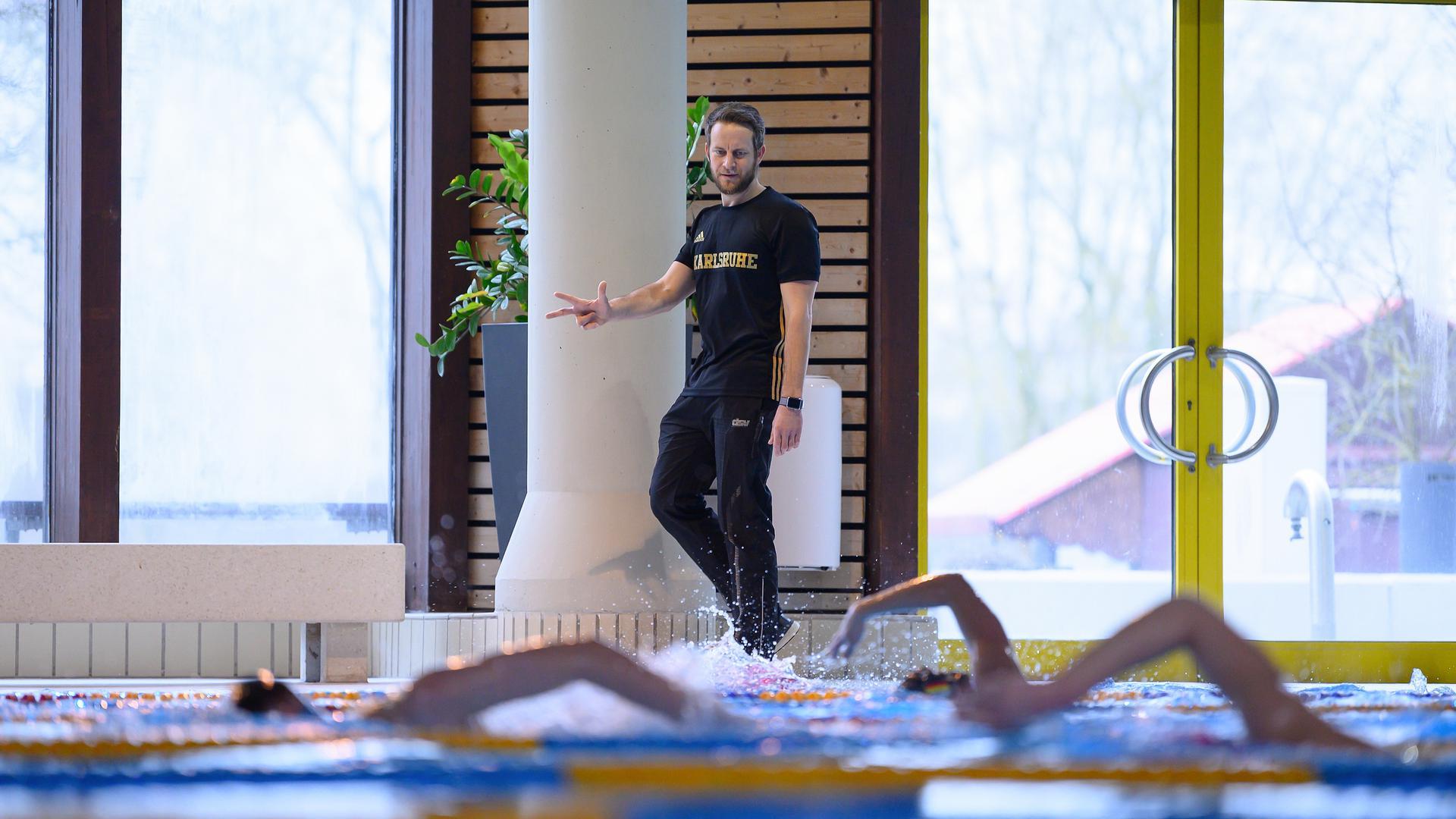 Jonas Holzwarth neuer (SGRK Cheftrainer) beobachtet das Schwimmtraining der SGRK.  GES/ Schwimmen/ Training SGR Karlsruhe, 16.02.2021