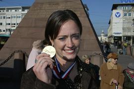 'GES// Renate LINGOR zeigt stolz Ihre in den USA gewonnen Goldmedaille ! Karlsruhe, Eintrag in's Goldene Buch, 28.10.2003 'GES-Sportfoto/Am Herrenacker 5/76706 Dettenheim/ Sparkasse Karlsruhe/BLZ 66050101/Kto. 9862301/Tel.:07247-85483/ Fax:07247/85682/ // info@ges-sportfoto.de /// www.ges-sportfoto.de //