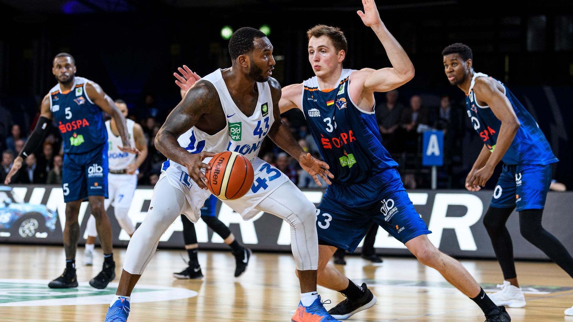 Cyrus Lamont Tate (Lions) im Zweikampf mit Tom Alte (Rostock).  GES/ Basketball/ ProA: PSK Lions - Roctock Seawolves, 01.03.2019 --