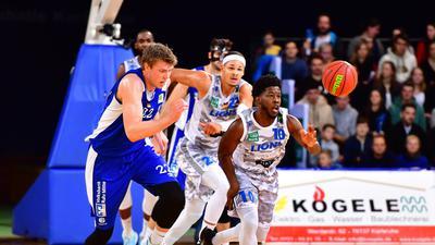 Bjoern Rohwer (Schalke 04), Maurice Pluskota (Lions), KC Ross-Miller (Lions).  GES/ Basketball/ PROA/ PS Karlsruhe - FC Schalke 04 Basketball, 28.12.2019