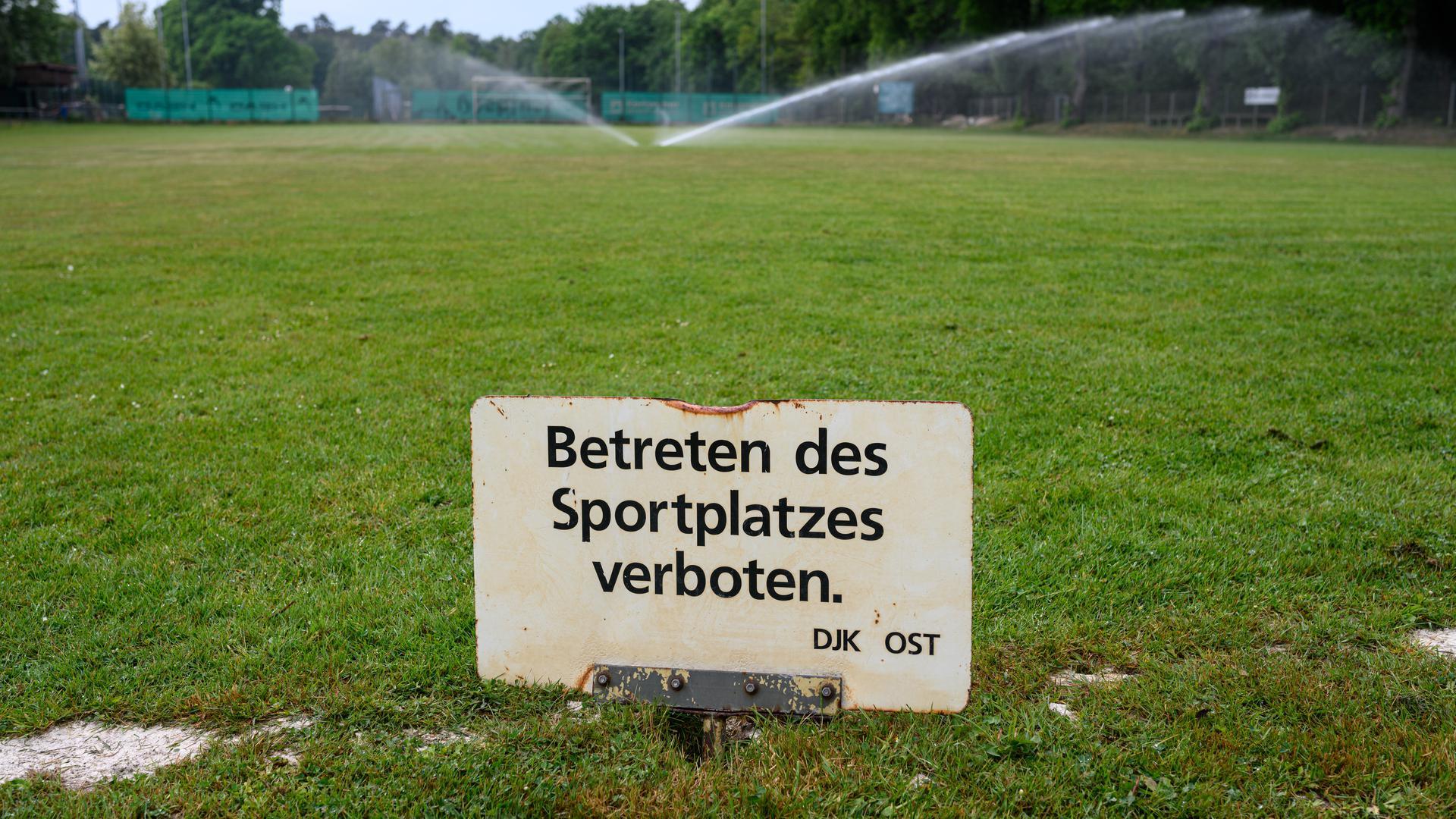 Der Fussballplatz des DJK Ost ist gesperrt, bewaessert und versorgt werden muss die Sportanlage trotzdem  GES/ Taegliches Leben mit Corona in Karlsruhe, 09.05.2020  GES/ Daily life during Corona crisis in Karlsruhe. 09.05.2020