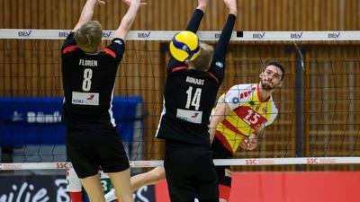 Markus Floren (TuS) und Florian Bonadt (TuS) im Zweikampf mit Jens Sandmeier (SSC), (von links).  GES/ Volleyball/ 2. Bundesliga-Sued:  Baden Volleys - TuS Kriftel, 21.11.2020 --