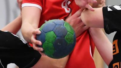 von links Lea Burkard und Leonie Friedrich (beide St/Wein), am Ball Melissa Muehl (Neureut)  GES/ Handball/ Frauen Kreispokalfinale TG Neureut - SG Stutensee/Weingarten, 04.05.2019