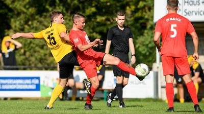 Louis Gimmel (Eggenstein) im Zweikampf mit Nick Huditz (Malsch).  GES/ Fussball/ Kreisliga: FC Eggenstein - FV Malsch, 13.09.2020
